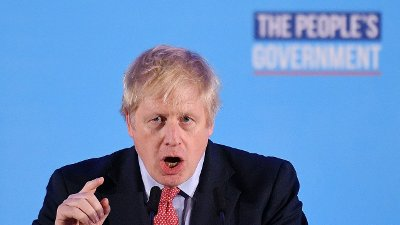 HISTORISK MANDAT: Tory-leder og statsminister Boris Johnson holdt seierstale i London fredag morgen og lovet at årene med usikkerhet er over og at Storbritannia forlater EU 31. januar.