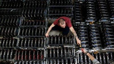 Her jobber en ansatt på Bitminer Factory i Firenze i Italia, en fabrikk som jobber med å fremstille Bitcoin.