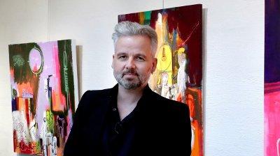 Ari Behn stiller ut bilder i Galleri Oddvar Olsen i Drammen lørdag og søndag. Drammen 20170304. Ari Behn ved bildet