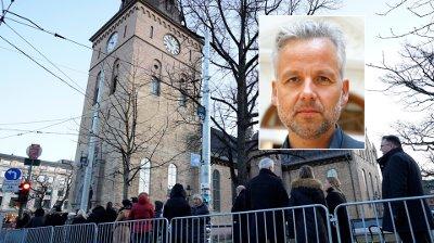 Ari Behn bisettes 3. januar 2020 Oslo 20200103. Publikum venter på å slippe inn til bisettelsen av Ari Behn i Oslo domkirke.