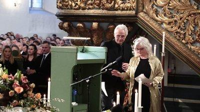 Ari Behns mor og far, Marianne Behn og Olav Bjørshol under bisettelsen i Oslo domkirke.