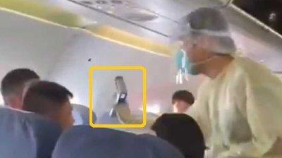 På videoen som nå spres på Twitter kan man se flere helsepersonell som er ombord på et fly som skal ta av fra Wuhan, og som skanner flere av passasjerene.