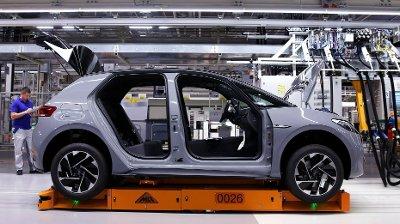 NYE ELBILER: Nye Volkswagen ID.3, her avbildet ved en fabrikk i Zwickau i det østlige Tyskland , er en av bilene som vil gi ny fart i elbilsalget, som spås å utgjøre over halvparten av alle bilsalg i 2020.