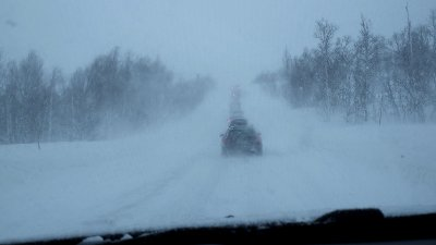 SNØ OG VIND: Uvær og kolonnekjøring på riksvei 37 i Rauland i Telemark. Nå blir det mer snø og vind, varsler meteorologene.