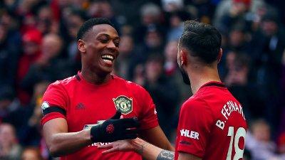 MOT BEDRE TIDER: Anthony Martial fant fram ballkunster som man har sett lite av hos Manchester United denne sesongen. Pasingslegger Bruno Fernandes var balnt de første i gratulasjonskøen..