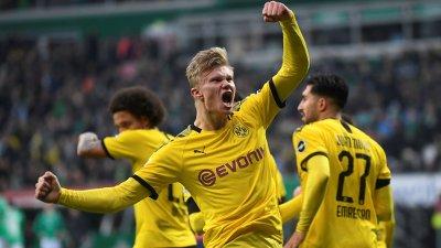 STJERNE: Erling Braut Haaland banker inn mål for Dortmund.