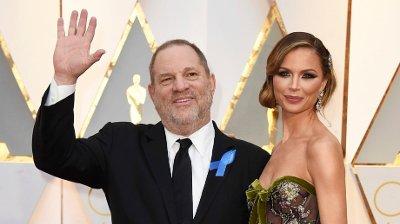 Her er Harvey Weinstein sammen med sin ekskone, Georgina Chapman på Oscar-utdelingen i 2017. Hun bestemte seg for å forlate sin ektemann, fem dager etter at saken eksploderte i mediene.