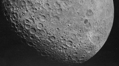 Bilde av baksiden av månen.