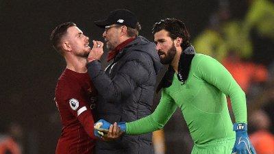 UTE MED SKADE: Liverpool-keeper Alisson Becker, her sammen med Jürgen Klopp og kaptein Jordan Henderson.