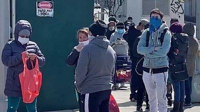 Koronavirusets herjinger fører nå også til at også studenter, skuespillere og musikere ender opp i matkøene i byen, skriver New York Post.