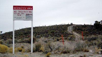 Skilt ved Area 51 advarer nygjerrige mot å ta seg inn på området.