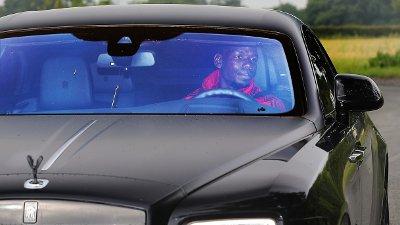 ROLLS ROYCE: Paul Pogba på vei til trening i sin millionbil.