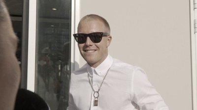 BRILLEFIN: Herman Flesvig tok på seg solbrillene, og bekreftet også til pressen at han har fått seg kjæreste.