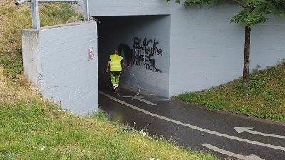 MALER: Her maler firmaet over «Black Lives Matter»-taggingen på Etterstad.