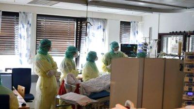 Bærum 20200417. Vestre Viken HF har selv tatt bilder fra innsiden av civid-posten på Bærum sykehus som viser personale iført smittevernutstyr under behandling av koronasmittet pasient.