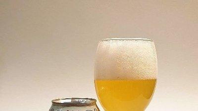 Flomstanga boks og glas med ølet i.