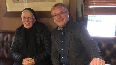 SEKUNDER FØR: Kun noen sekunder etter at dette bildet ble tatt, avslørte Per Sandberg at han visste hvem seriesvindleren Marie Madeleine Larsen var.