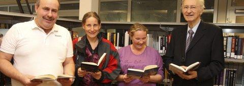 Rune (f.v.) og Anita Gravingen, Sissel Stenseth og Bjørn Tuvnes er glade for at tilbudet på biblioteket på Rommen opprettholdes. – Det er viktig for nærmiljøet, mener de.