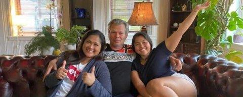 Muhammad Rashdan Storum (i midten på bildet til høyre) som er sammen med datteren Hannah Storum og kona Nani.