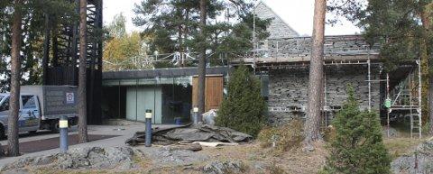 MORTENSRUD: I flere år har det vært gjort utbedringsarbeider på Mortensrud kirke. Nå arbeides det på taket, det kommer tak over inngangsdøren og parkeringsplassen skal setets i gang. FOTO: ARNE VIDAR JENSSEN