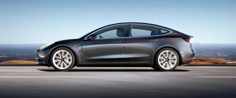 SLÅR TILBAKE: Wall Street Journal skriver at enkelte av delene til Model 3 lages for hånd. Tesla sier nå at artikkelen er «fundamentalt feil».