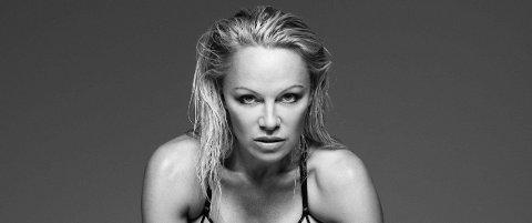 STILLER SPLITTER NAKEN: Pamela Anderson har gjort en rekke profilerte modelloppdrag de siste månedene, men den siste for magasinet King Kong er i en egen kategori. Her for Coco de Mer i 2017.