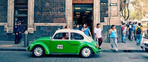 FARLIGE: Libre-taxi - «gate-taxier» - i Mexico City har både taksameter og skilt på taket, men er forbundet med stor risiko og såkalte «ekspresskidnappinger».