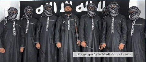 Propagandakanalen til IS, Amaq, publiserte 23. april dette bildet av åtte menn, som skal være de som gjennomførte terrorangrepene på Sri Lanka 1. påskedag. Mannen i midten skal være Zahran Hashim, som politiet på Sri Lanka har identifisert som lederen av angrepet.