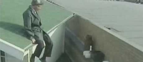 Hva gjør denne mannen på taket?