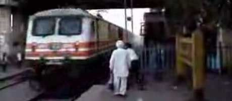 Dette toget i India bremser ikke akkurat ved stasjonen...