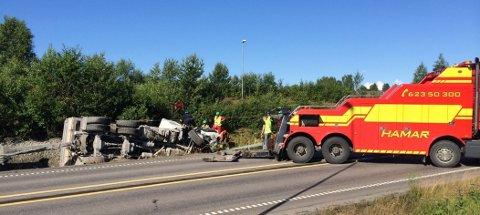 ULYKKE: En personbil og en lastebil var involvert i ulykken på E6, onsdag morgen.