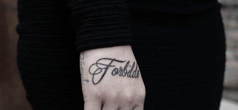TATOVERING: Sophie Elise har fått tatovering på hånden - inspirert av hennes kommende bok.