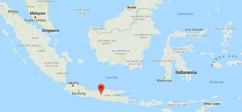 Minst 27 mennesker mistet livet da en turistbuss krasjet på øya Java i Indonesia lørdag.