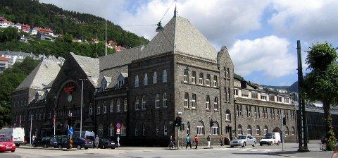 Alle tog til og fra Bergen er stanset inntil videre grunnet avsporing.