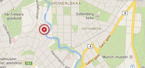 Det er i Brenneriveien 7 at det mekaniske verkstedet ligger. Gatene rundt er nå sperret for trafikk.