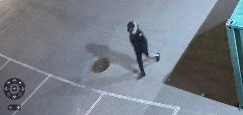 Politiet mener at personen på dette bildet fra et overvåkingskamera er 25-åringen som er fengslet, mistenkt for drapet på Bård Lanes i Tønsberg. Foto: Politiet / NTB