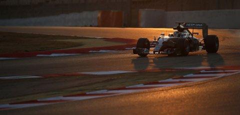 Lewis Hamilton er klare til å forsvare VM-tittelen sin i formel. Her under testing i Barcelona