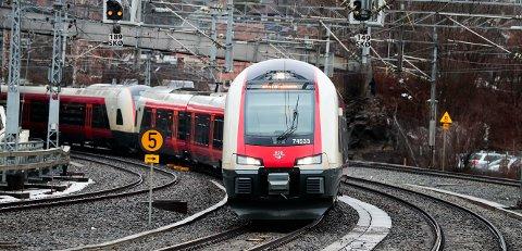 STANS: Det brenner igjen ved sporet langs Gjøvikbanen tirsdag ettermiddag.