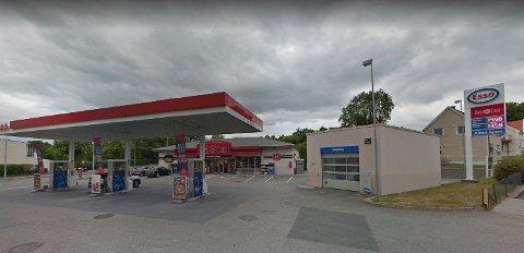 ANSATT SLÅTT NED: Esso-stasjonen ved Sandesund i Sarpsborg der voldshendelsen fant sted.