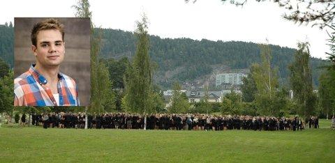 ENORMT OPPMØTE: Trolig var nær tusen mennesker tilstede da Håvard Vederhus ble gravlagt på Grefsen kirkegård torsdag ettermiddag.