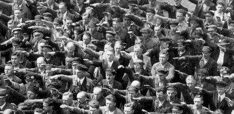 NAZIHILSEN: August Landmesser løftet ikke armen i hilsen. Han forlot nazi-partiet etter å ha forelsket seg i en jødisk kvinne.