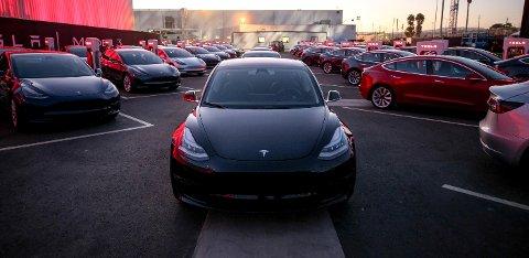 FOLKEELBIL: Tesla overrekte de første Model 3-bilene til sine ansatte den 28. juli 2017. Her står bilene parkert utenfor selskapets hovedkontor i Fremont i California, USA.