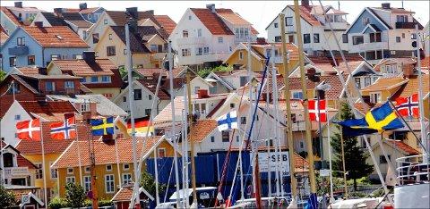 Mange nordmenn har hytter, hus og leiligheter i Sverige – her fra havnen i Strömstad. Foto: Heiko Junge / NTB