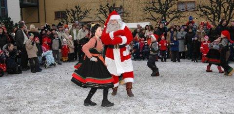 SVINGOM PÅ TUNET: Se på, eller bli med. Det er lov både å være tilskuer og deltaker på julemarkedet på Norsk Folkemuseum. Arkivfoto