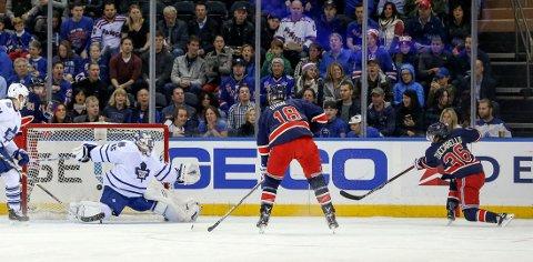 HER SETTER Mats Zuccarello pucken i mål til 1-0 mot Toronto Maple Leafs.