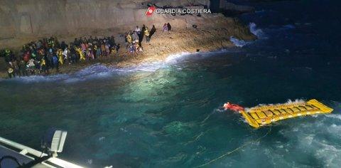Den italienske kystvakten brukte en oppblåsbar flåte for å redde de 125 personene som hadde søkt tilflukt på en liten øy rett utenfor Lampedusa. Foto: Den italienske kystvakten via AP / NTB