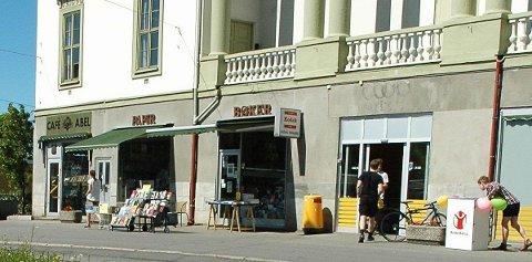 UNDERSKRIFTSKAMPANJE: Naboer har samlet flere hundre underskrifter mot nedleggelsen av bokhandelen og kafeen på John Colletts plass.