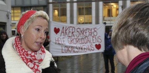 AKSJON: Statssekretær Anne-Grethe Erlandsen (t.h.) tok imot brevet fra Helsetjenesteaksjonen og Lise Askvik som belyser bekymringen for den synkende sengekapasiteten. FOTO: ØYSTEIN DAHL JOHANSEN