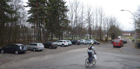 NÅ: I dag er det plass til rundt 15 biler i skogkanten mellom Vetlandsveien og idrettsanlegget på Trasop. Det nye forslaget til parkeringsplass vil doble kapasiteten og skal rydde opp i trafikkforholdene, på bekostning av 20x50 meter av skogholtet. Begge foto: Nina Schyberg Olsen