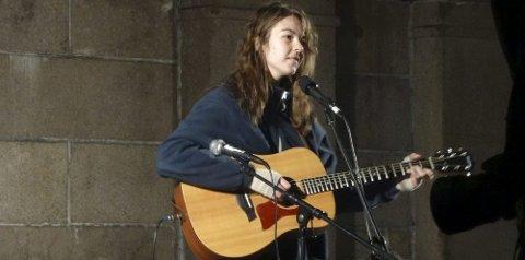 SANG FORAN TUSENVIS: Mange ble rørt da Sandra Schultz Karlsen sang under fakkeltoget mot mobbing. Foto: Privat